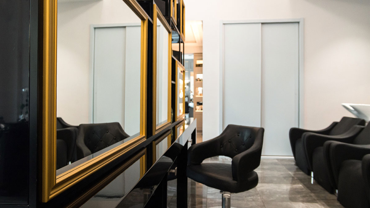 Custom made central element with mirrors in Di Perna Parrucchieri Rome shop