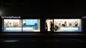 MyTrendyPhone Hillerød store shopwindow nightview